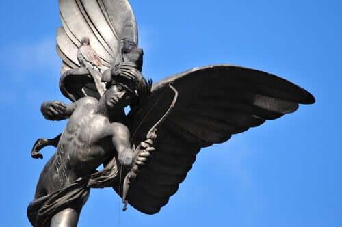 Statua che raffigura Amore