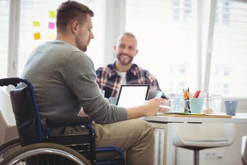 Giovane sulla sedia a rotelle