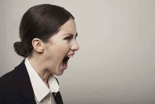 Donna che mostra comportamenti aggressivi