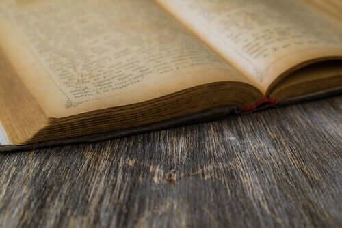 Llibro antico aperto sul tavolo