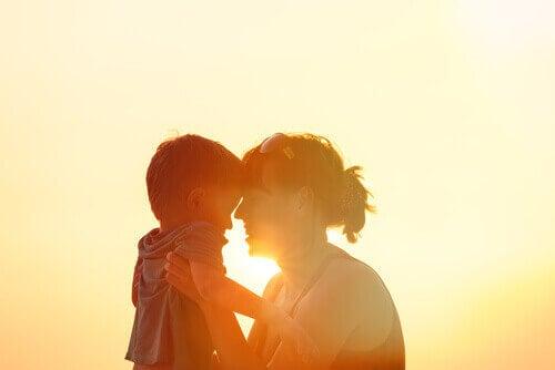 Mamma e figlio al tramonto