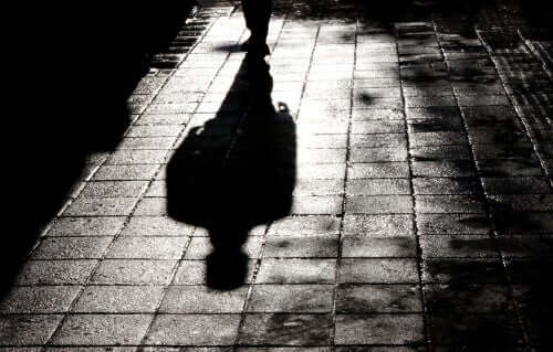 Ombra di un uomo riflessa sul marciapiede