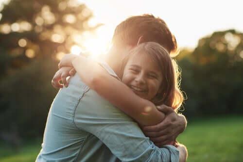 Padre abbraccia la figlia