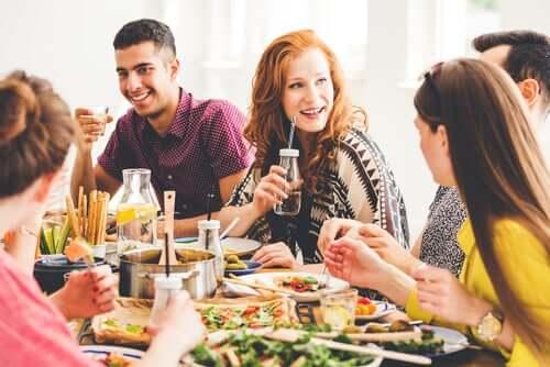 Ragazzi a una tavolata vegetariana
