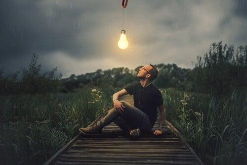 Uomo che guarda lampadina