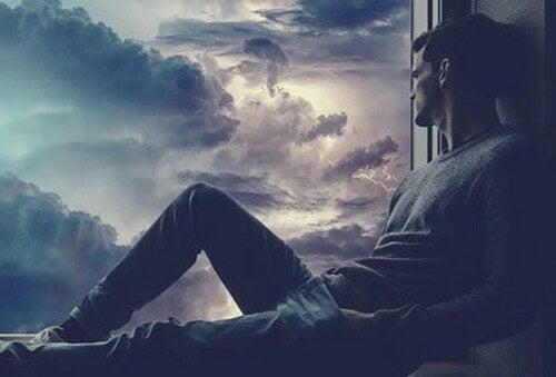 Uomo triste e sentire la mancanza di qualcuno