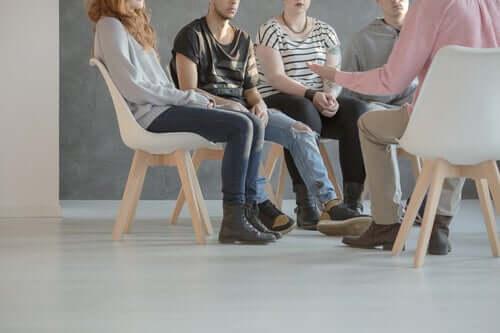 Persone con schizofrenia che parlano durante una terapia di gruppo