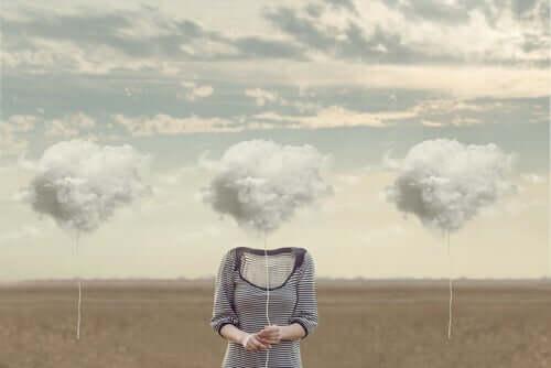 Donna con nuvole a posto della testa