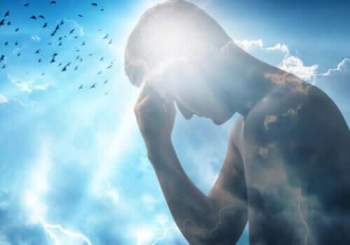 Uomo che riflette con il cielo dietro