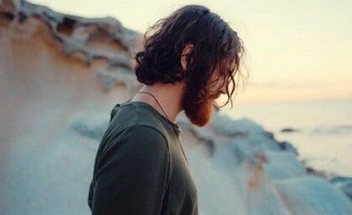 Uomo solo e triste sulla spiaggia