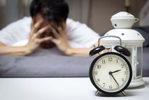 Uomo sveglio per insonnia