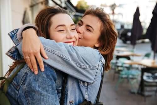 Amiche che si abbracciano