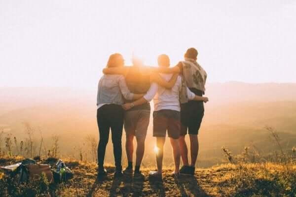 Amici abbracciati davanti al tramonto