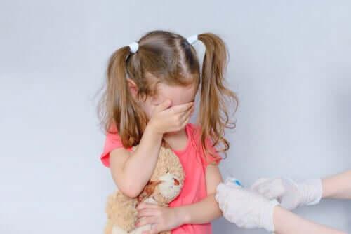 Bambina con fobia degli aghi