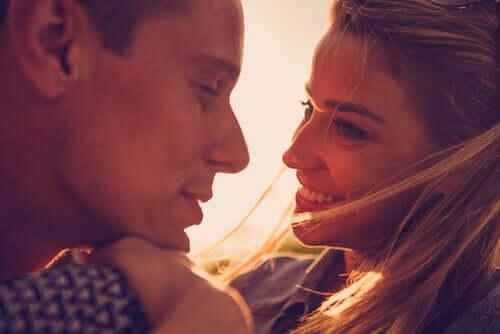 Coppia che si guarda negli occhi lo amore non è una parola