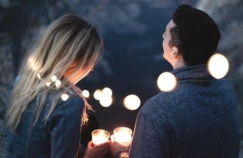 Ragazzi seduti che parlano con candele in mano