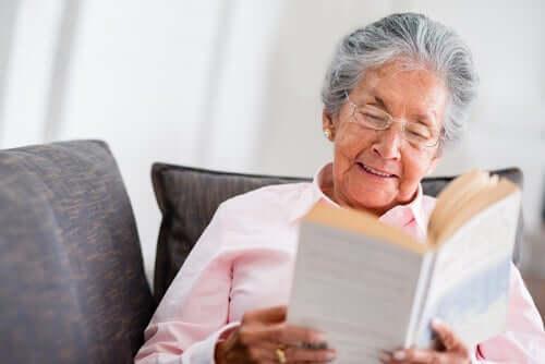 Donna anziana che legge