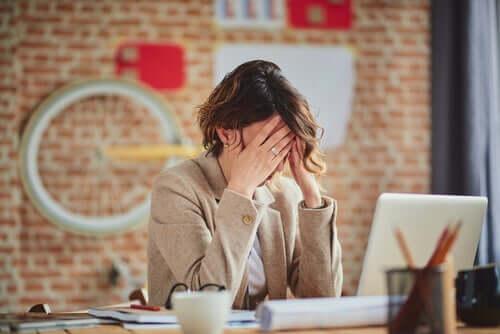 Donna stressata al lavoro