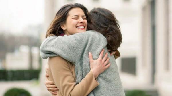 Donne che si abbracciano per strada e non hanno paura di esprimere le emozioni.