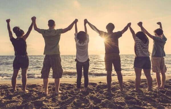 Gruppo di persone di spalle sulla spiaggia