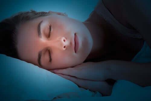 Cosa fa il cervello mentre dormiamo?