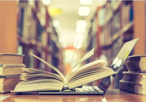 Libri e computer in biblioteca