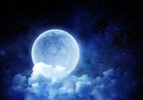 Luna avvolta dalle nuvole