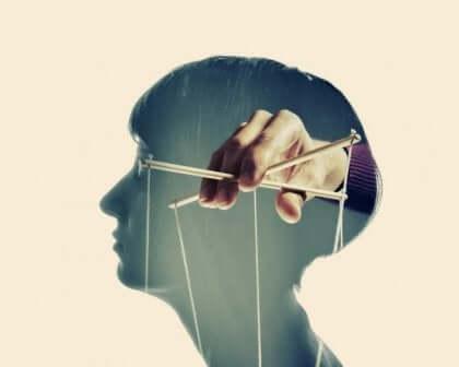 Tecniche di controllo mentale per manipolare una persona
