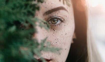 Donna dietro il ramo di un albero