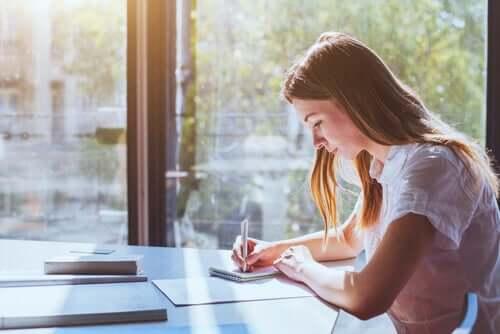 Ragazza che prende appunti mentre studia
