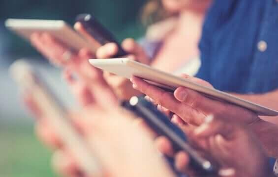 Persone che usano smartphone e tablet