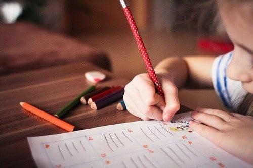 Smettere di scrivere a mano, bambina con la matita