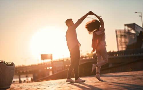 Coppia che balla per strada distinguere l'amore