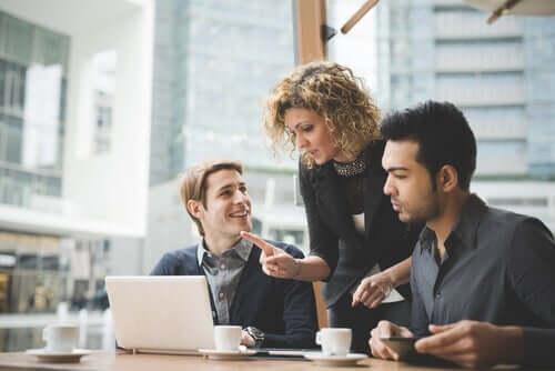 Donna leader al lavoro e le principali teorie della leadership