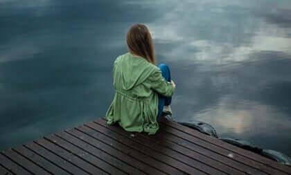 Donna che pensa sul molo