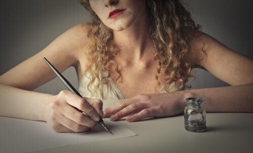 Donna scrive con pennino e inchiostro