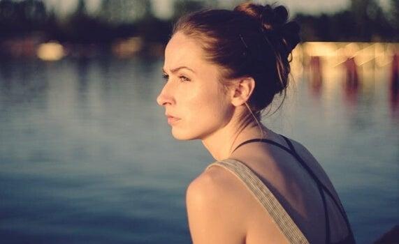 Donna che guarda di profilo davanti a un lago