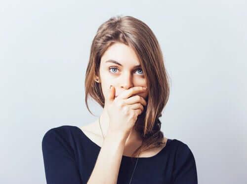Donna che si autocensura
