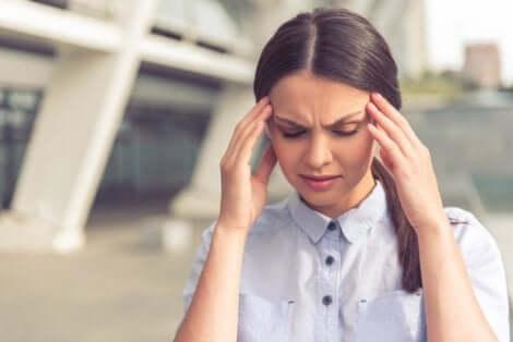 Donna con mal di testa da stress