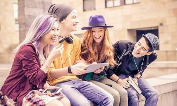 Gruppo di amici adolescenti che ridono