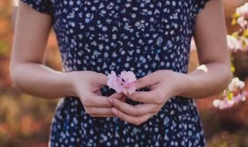 Donna con fiori tra le mani