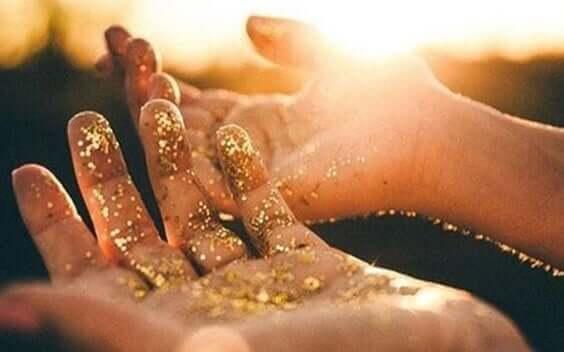 Mani con polvere di stelle