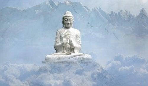 Statua di Buddha circondata da montagne