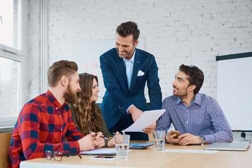Leader di successo con dipendenti felici