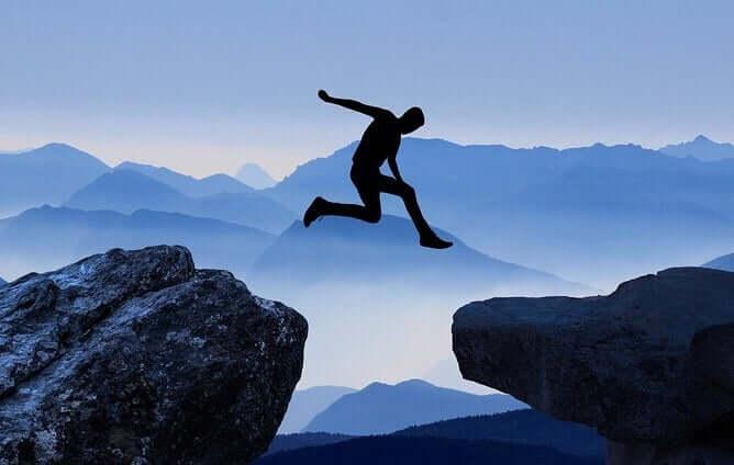 Paura di fare il salto, uomo salta tra due rocce