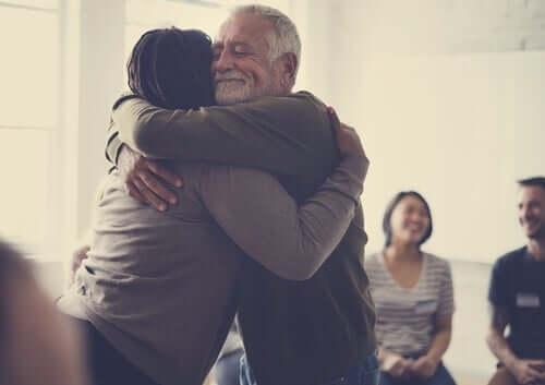 Persone che si abbracciano