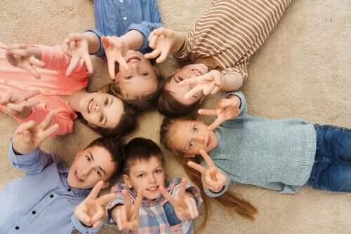 Bambini che giocano a terra in cerchio.