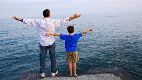 Bambino che imita suo padre