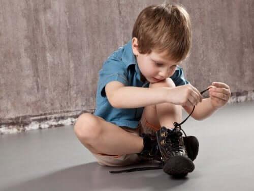 Bimbo si allaccia le scarpe
