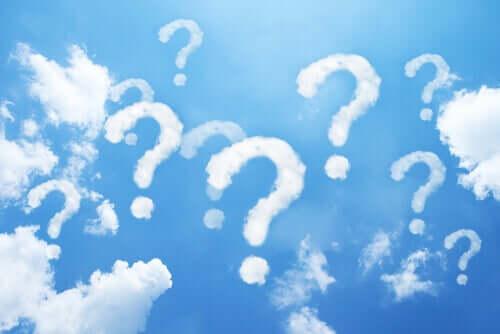 Cielo con nuvole a forma di punto di domanda